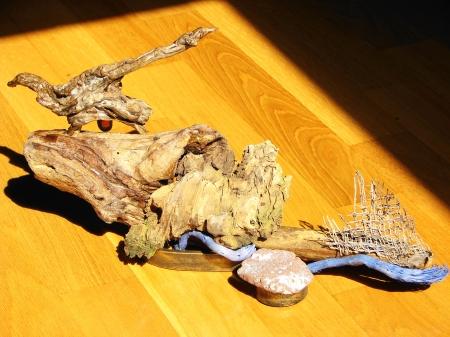 """Am I Alone ? "" Driftwood, parts of a palm tree, sea stone, crystal. Based on an s- shaped metal - Αλίκτυπα ξύλα, μέρη φοίνικα, θαλασσόπετρα, κρύσταλλος. Εδρασμένο σε μεταλλική βάση σχήματος s 40 x 20 cm."